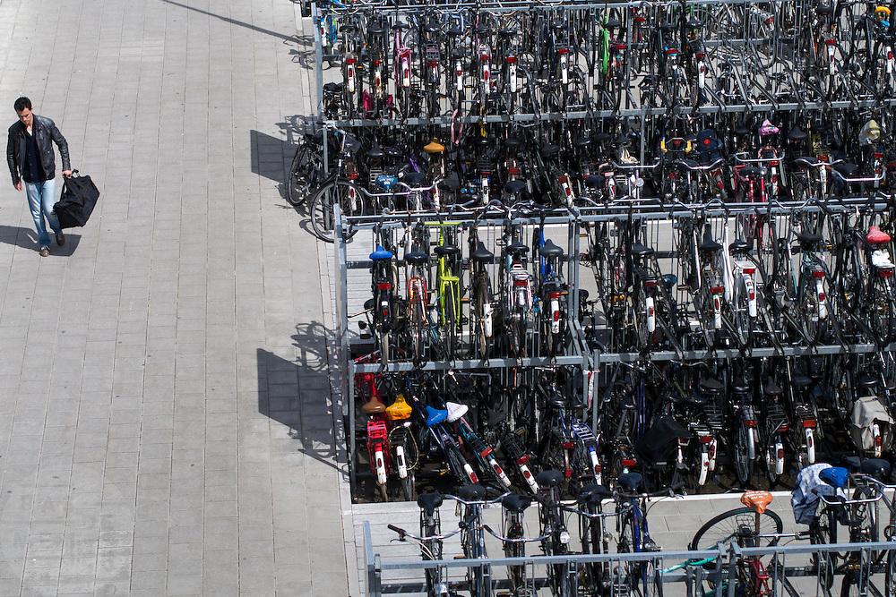 De fietsenstalling bij station Delft.<br /> <br /> Bike parking near Delft station.