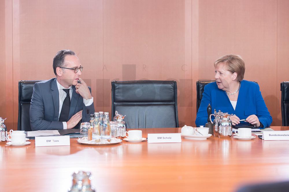 18 SEP 2019, BERLIN/GERMANY:<br /> Heiko Maas (L), SPD, Bundesaussenminister, und Angela Merkel (R), CSU, Bundesentwicklungshilfeminister, im Gespraech, vor Beginn der Kabinettsitzung, Bundeskanzleramt<br /> IMAGE: 20190918-01-019<br /> KEYWORDS: Sitzung, Kabinett, Gespräch
