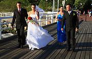 Nowożeńcy na molo w Juracie udają się nad brzeg morza aby spełnić tradycyjny toast