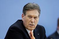 25 JAN 2006, BERLIN/GERMANY:<br /> Michael Glos, CSU, Bundesminister fuer Arbeit und Technologie, waehrend der Vorstellung des Jahreswirtschaftsberichtes, Bundespressekonferenz<br /> IMAGE: 20060125-01-005<br /> KEYWORDS: BPK