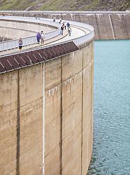 THEMENBILD - Touristen spazieren auf der Staumauer des Stausees Mooserboden, aufgenommen am 09. August 2018 in Kaprun, Österreich // Tourists walk on the dam wall of the reservoir Mooserboden, Kaprun, Austria on 2018/08/09. EXPA Pictures © 2018, PhotoCredit: EXPA/ JFK