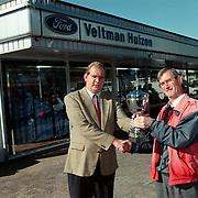 Prijsuitreiking beker postduivenvereniging Huizen aan Ford dealer Veltman