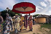 Nederland, Berg en Dal, 24-6-2006..Ghanese koning opent vernieuwd  Afrikamuseum. Met zijn gevolg, waaronder de linguist met het boek verlaat hij het Ghanese dorp...Foto: Flip Franssen/Hollandse Hoogte