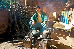 Mário Karaí (ou Karaí Tataendy, em Tupi-Guarani) é um dos oito integrantes do conselho indígena da aldeia guarani localizada na Estrada do Cantagalo, zona sul de Porto Alegre. Filho do cacique Dário Tupã, principal liderança das 38 famílias da aldeia, Mário, 25 anos, tem formação em magistério e atualmente cursa Letras na Universidade Federal do Rio Grande do Sul, além de ser o presidente do Conselho Estadual do Índio. A aldeia guarani ocupa o local há 50 anos, mas foi a partir de 1983 que os indígenas conseguiram dar início à construção de casas, que substituiram as barracas de lona. FOTO: Itamar Aguiar/Preview.com