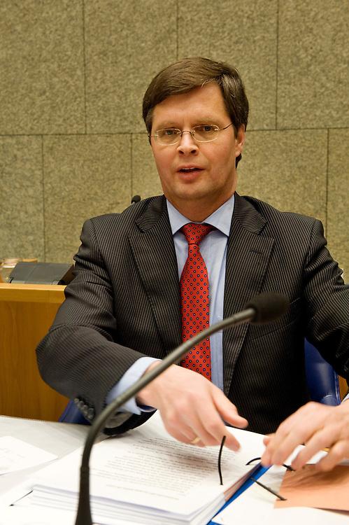 Nederland, en Haag, 26  jan 2010.Debat in de Tweede Kamer over Natura 2000 gebieden en een briefje van Balkenende aan Barrosso. Voor aanvang van het debat rommelt Balkenende nog in zijn papieren...Foto (c) Michiel Wijnbergh..
