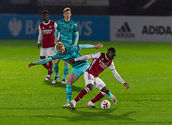 LONDON, ENGLAND - Friday, October 30, 2020: Liverpool's Luis Longstaff (L) and Arsenal's Tim Akinola during the Premier League 2 Division 1 match between Arsenal FC Under-23's and Liverpool FC Under-23's at Meadow Park. Liverpool won 1-0. (Pic by David Rawcliffe/Propaganda)