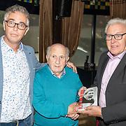 NLD/Ermelo/20190920 - Boeklancering De Beer van de Meer, Piet Schrijvers geeft eerste exemplaar aan ex trainer Kees Rijvers samen met schrijver Yoeri van den Busken