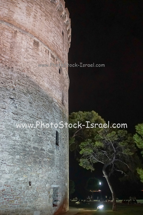Night shot of the White Tower of Thessaloniki is a monument and museum on the waterfront of the city of Thessaloniki, capital of the region of Macedonia in northern Greece. Photographed in October 2018
