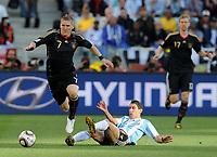 Fotball<br /> VM 2010<br /> Tyskland v Argentina<br /> 03.07.2010<br /> Foto: Witters/Digitalsport<br /> NORWAY ONLY<br /> <br /> v.l. Bastian Schweinsteiger, Angel di Maria (Argentinien)<br /> Fussball WM 2010 in Suedafrika, Viertelfinale, Argentinien - Deutschland