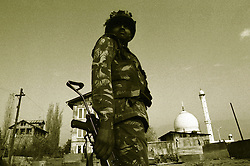October 1993. Srinagar, Kashmir, India..An Indian Army soldier holds position outside the Hazratbal Shrine where militants have taken over the building. The Indian government has laid siege to the building, later storming it and killing all militants discovered therein.  .Photo; Charlie Varley