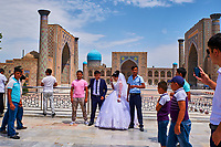 Ouzbékistan, Samarcande, classé Patrimoine Mondial de l'UNESCO, place du Reghistan, Medersa Uleug Bek et Tilla Kari, jour de mariage // Uzbekistan, Samarkand, Unesco World Heritage, the Reghistan, Ulug Bek and Tilla Kari Madrasah, wedding day