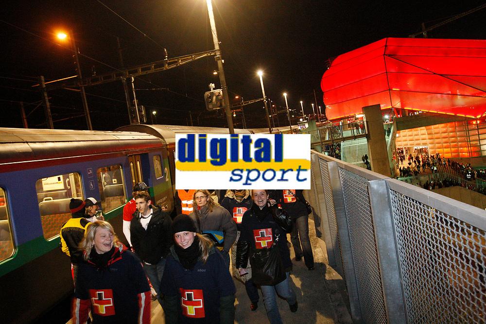 Fans kommen mit dem Zug am Bahnhof St.Jakob an © Urs Bucher/EQ Images