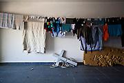 Croce, cavo elettrico, materasso coi segni dei cani, bucato. Interno garage casa Franciosi.