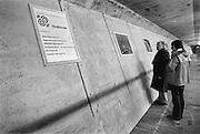 Nederland, Zeeland, 15-1-1986..De hoogwaterkering, stormvloedkering, oosterscheldekering in de oosterschelde in de eindfase voor de oplevering. In oktober zal de opening, ingebruikname plaatsvinden. In de kering een fotopresentatie van de bouw van het consortium Dosbouw. Het voorlichtingscentrum moet nog gebouwd worden...Foto: Flip Franssen/Hollandse Hoogte