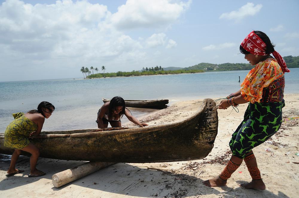 Indígenas guna / mujeres varando un cayuco en la comarca de Guna Yala, Panamá.<br /> <br /> Guna indians / women beaching a cayuco in Guna Yala, Panama.