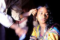 Nepal - Region du Teraï - Ethnie Rana Tharu - Coiffe des cheveux