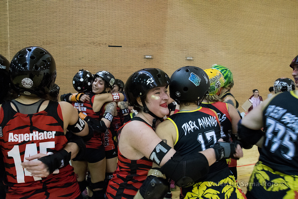 Madrid, Spain. 17th January, 2018. Players of Baywitch Project Nice Roller Derby and Roller Derby Madrid B hugging at the end of the game held in Madrid. © Valentin Sama-Rojo