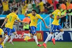 Neymar Jr. comemora com Oscar Emboaba gol do Brasil na estréia da Copa do Mundo 2014, na Arena Corinthians, em São Paulo. FOTO: Jefferson Bernardes/ Agência Preview