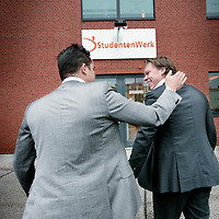 Nederland,Hoofddorp ,1 december 2008..Oprichters Bram Bosveld (r) en Rogier Thewessen van Studentenwerk Career Network worden geinterviewd door televisieprogrammamakers van Netwerk.  Founders Bram and Roger Bosveld Thewessen of Student Work Career Network.