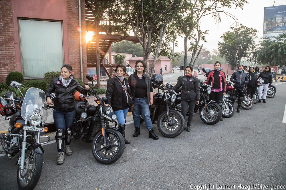 Mars 2019. Inde. New delhi. Les Bikerni, premier club de motocyclisme féminin indien, embarquent chaque week-end pour des chevauchées sur des deux-roues mythiques à l'assaut des routes du pays. Au-delà des sensations fortes, les motardes revendiquent leur droit à l'aventure, à l'insouciance et à l'autonomie. Un vrai défi dans une société patriarcale qui entrave encore leurs libertés. Les membres du club se retrouvent le WE pour des rides en dehors de la ville où elles font des traversées parfois de plusieurs centaines de km. Shabnam Akram, 54 ans, fondatrice de l'antenne des Bikerni à Delhi, à la tête d'un studio de design.