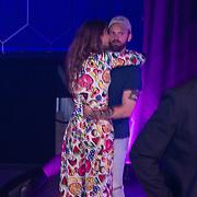 NLD/Amsterdam/20190613 - Inloop uitreiking De Beste Social Awards 2019, Tim Hoffman en partner Lize Korpershoek kussend