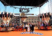 DEN HAAG, 27-04-2021, Paleis Noordeinde<br /> <br /> Vanaf het terrein van Paleis Noordeinde sluiten The Streamers Koningsdag feestelijk af. Op het binnenplein van het Koninklijk Staldepartement geven The Streamers het tweede concert van hun 'Holland Tour'. Foto: Brunopress/Patrick van Emst<br /> <br /> King Willem-Alexander, Queen Maxima with their daughters Princess Amalia, Princess Alexia and Princess Ariane during King's Day 2021<br /> <br /> Op de foto: Koning Willem-Alexander, Koningin Maxima met hun dochters Prinses Amalia, Prinses Alexia en Prinses Ariane met Guus Meeuwis, Rolf Sanchez, Kraantje Pappie, Suzan & Freek, VanVelzen, Davina Michelle, Paul de Munnik, Typhoon, Thomas Acda, Diggy Dex, Nick & Simon, Maan, Danny Vera, Miss Montreal, Paul de Leeuw en Frank Lammers