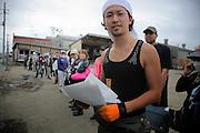 Au Centre de réfugiés et de volontaires Minato Shogakko, tous sont de bonne volonté. La communauté sorganise pour venir en aide aux personnes ou effectuer des travaux de nettoyage du quartier du port. Cette tâche éprouvante est effectués sans répit par les sinistrés eux-mêmes depuis près de cinq mois. .Pour leur venir en aide, des volontaires viennent chaque jours de Tokyo, des diverses régions du Japon ou dautres pays