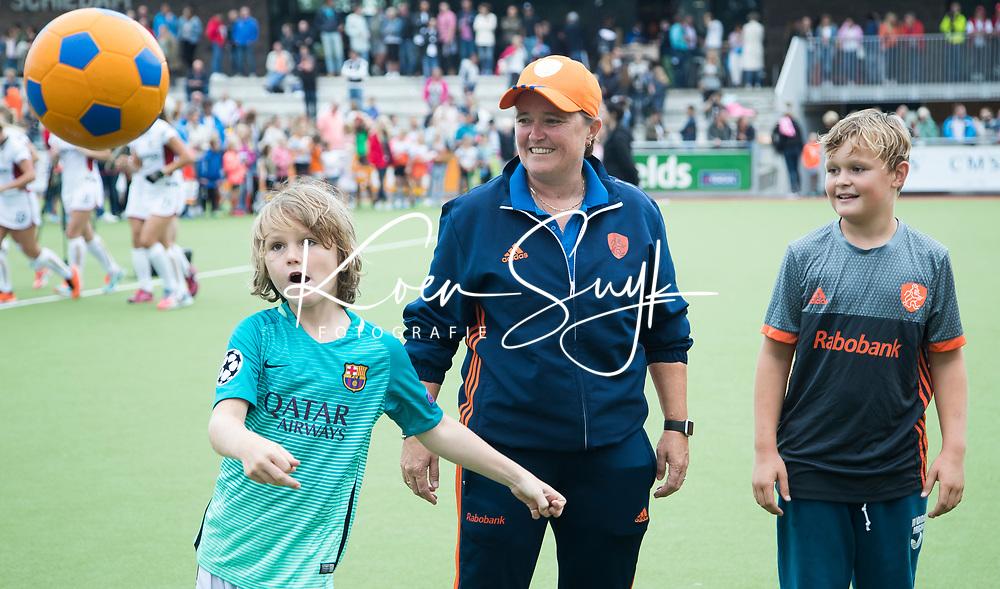 SCHIEDAM -bondscoach Alyson Annan (Ned) met haar beide kinderen trappen met de dames een balletje,    na de oefenwedstrijd tussen  de dames van Nederland en Belgie , in aanloop naar het  EK Hockey, eind augustus in Amstelveen. COPYRIGHT KOEN SUYK