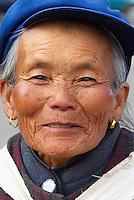 Chine. Province du Yunnan. Village de Baisha, dans les environs de Lijiang. Femme Naxi. // China. Yunnan province. Baisha village around Lijiang. Naxi ethnic group woman.
