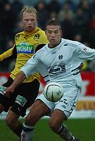 Fotball: Håvard Flo, Sogndal, i kamp med Jan Tore Ophaug, Moss. Moss - Sogndal. Tippeligaen 2002. Melløs, Moss. 14. april 2002. (Foto: Peter Tubaas/Digitalsport)