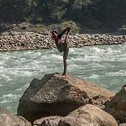 2016 10 17 Rishikesh Uttarakhand India<br /> En indisk man som praktiserar yoga på en sten vid Ganges<br /> <br /> ----<br /> FOTO : JOACHIM NYWALL KOD 0708840825_1<br /> COPYRIGHT JOACHIM NYWALL<br /> <br /> ***BETALBILD***<br /> Redovisas till <br /> NYWALL MEDIA AB<br /> Strandgatan 30<br /> 461 31 Trollhättan<br /> Prislista enl BLF , om inget annat avtalas.