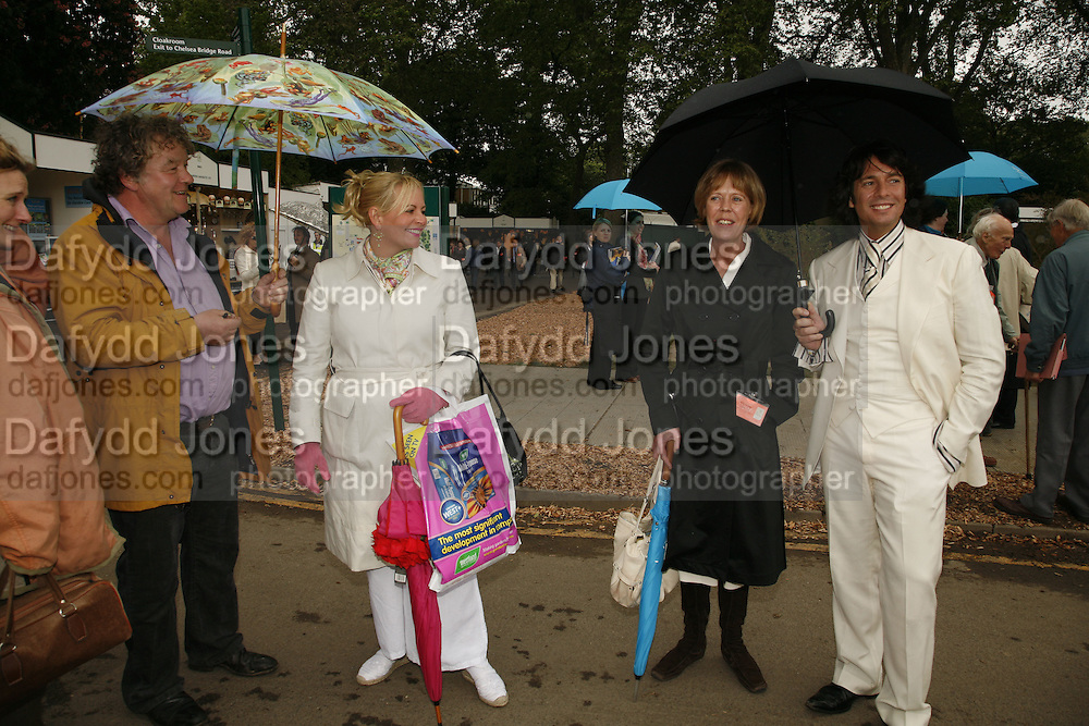 JULIAN BANNERMAN, EMMA SOAMES EDITOR OF SAGA MAGAZINE AND MR. AND MRS. LAWRENCE LEWELLEN BOWEN. , Press Preview of the RHS Chelsea Flower Show sponsored by Saga Insurance Services. Royal Hospital Rd. London. 22 May 2006. ONE TIME USE ONLY - DO NOT ARCHIVE  © Copyright Photograph by Dafydd Jones 66 Stockwell Park Rd. London SW9 0DA Tel 020 7733 0108 www.dafjones.com