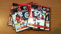 Rødovre Migthy Bulls<br /> <br /> Officielle Danske Hockey Trading Card. <br /> <br /> 1998-1999 Komplet Danske Ishockey Kort 228 stk.<br /> <br /> 205. Bill Morrison<br /> 206. Michael Senderovitz<br /> 207. Igor Knyazev<br /> 208. Lars Bundgård<br /> 209. Jens Edmund<br /> 210. Ruby Flomo<br /> 211. Magnus Sundquist<br /> 212. Morten Ovesen<br /> 213. Boris Bykovsky<br /> 214. Martin Sørensen<br /> 215. Michael Eller<br /> 216. Bo Larsen<br /> 217. Søren Koziol<br /> 218. Martin Skygge<br /> 219. Rasmus Edmund<br /> 220. Michael Thomsen<br /> 221. Søren Lykke<br /> 222. Mathias Stengaard<br /> 223. Henrik Børner<br /> 224. Jannik Sønderby<br /> 225. Sergei Solomatov<br /> 226. Ulrik Sinding<br /> 227. Anatolij Chistjakov<br /> 228. Olaf Eller<br /> <br /> Begrænset komplet sæt på lager. Kontakt: mail@nhcfoto.dk eller tlf. 40277826