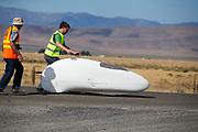Ellen van Vugt gaat van start. In Battle Mountain (Nevada) wordt ieder jaar de World Human Powered Speed Challenge gehouden. Tijdens deze wedstrijd wordt geprobeerd zo hard mogelijk te fietsen op pure menskracht. De deelnemers bestaan zowel uit teams van universiteiten als uit hobbyisten. Met de gestroomlijnde fietsen willen ze laten zien wat mogelijk is met menskracht.<br /> <br /> In Battle Mountain (Nevada) each year the World Human Powered Speed ??Challenge is held. During this race they try to ride on pure manpower as hard as possible.The participants consist of both teams from universities and from hobbyists. With the sleek bikes they want to show what is possible with human power.