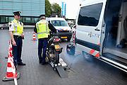 Nederland, Nijmegen, 11-4-2014Politie houdt verkeerscontrole bij de toegang naar het centrum van Nijmegen.Een brommer, scooter ondergaat een controle op snelheid en blijkt 58 km per uur te kunnen rijden.(Verzekeringsplaatje ddor fotograaf van andere nummers voorzien).Foto: Flip Franssen/Hollandse Hoogte