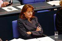 25 SEP 2003, BERLIN/GERMANY:<br /> Edelgard Bulmahn, SPD, Bundesbildungsministerin, waehrend der Bundestagsdebatte zur aktuellen lage im Irak, Plenum, Deutscher Bundestag<br /> IMAGE: 20030925-01-088