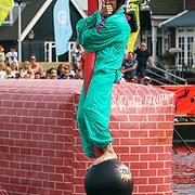NLD/Huizen/20180706 - Opanem Bommetje 2018, deelnemer op een door waterdruk rondzwaaiende draad