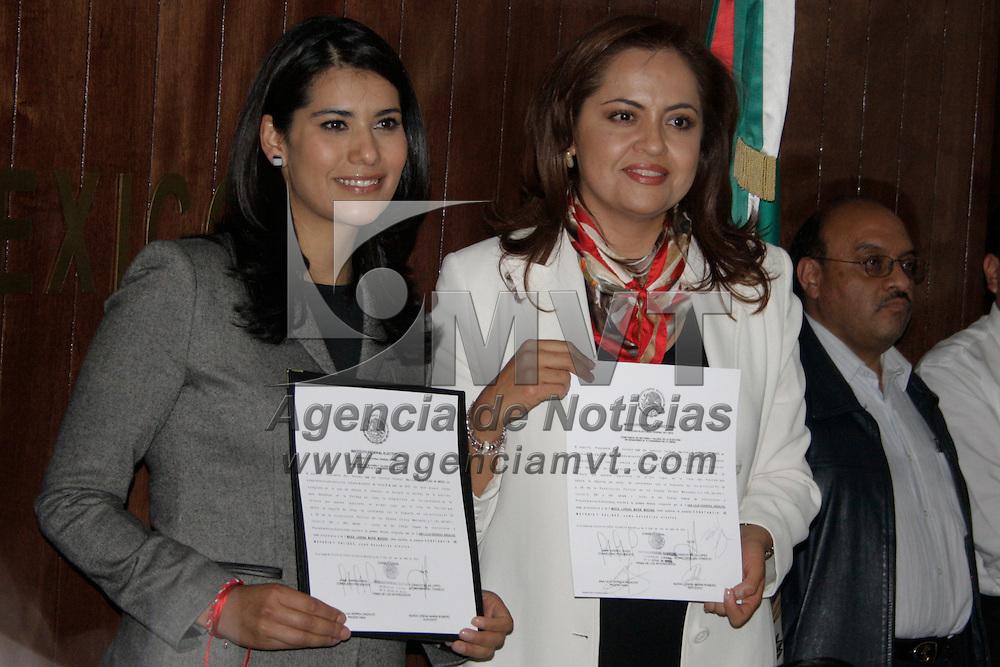 Toluca, Mex.- Ana Lilia Herrera Anzaldo recibió en la Junta Local del Instituto Federal Electoral (IFE)  su Constancia de Mayoría que acredita su designación como senadora electa por el principio de mayoría relativa. Agencia MVT / Crisanta Espinosa.