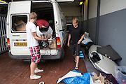 De bus van het Human Power Team Delft en Amsterdam staat zwaar beschadigd in de garage in Gesmold nadat de bus over de kop is geslagen door waarschijnlijk een klapband. De inzittenden zijn ongedeerd, de recordfietsen lijken in eerste instantie ook intact. Het team is op weg naar Senftenberg waar op de Dekra-baan een poging wordt gedaan om met de VeloX3 het werelduurrecord te verbreken.