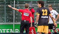 AMSTELVEEN - Scheidsrechter Jonas van 't Hek met Cheaptickets.nl als sponsor tijdens de hockey hoofdklassewedstrijd tussen de mannen van Amsterdam en Den Bosch (5-5). COPYRIGHT KOEN SUYK