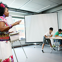 Nederland, Amsterdam , 15 juli 2010..Onderwijzeres Glenda Acton van de Einstein Community school  voor de klas tijdens lesuur van de zomerschool  met multiculturele kinderen uit Slotervaart..Teacher Glenda Acton of Einstein Community School during the lesson of the summer school with children from multicultural district Slotervaart Amsterdam.