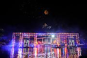 Slotfeest 200 jaar Koninkrijk op de Amstel met een muzikaal feest rondom de Magere Brug.<br /> <br /> Op de foto:  slotfeest met vuurwerk