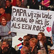NLD/Hilversum/20110204 - 2e Liveshow Sterren Dansen op het IJs 2011, Jenny de Munk en kinderen met spandoek op de tribune