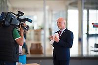 DEU, Deutschland, Germany, Berlin, 21.04.2020: Robby Schlund (MdB, AfD) vor einer Sitzung der AfD-Fraktion im Deutschen Bundestag. Aufgrund der Coronakrise trägt er eine Schutzmaske, die Mund und Nase bedeckt.