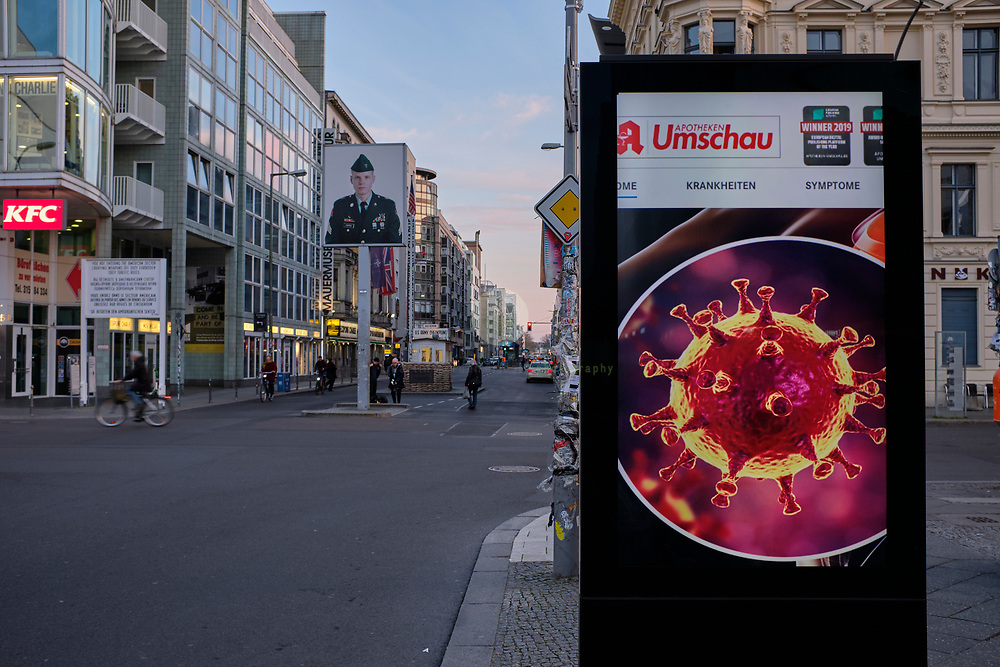 DEUTSCHLAND, Berlin, Checkpoint Charlie, 18.03.2020. Coronavirus-Pandemie: Wo normalerweise dichter Feierabendverkehr entlang der Friedrichstrasse herrscht, sind jetzt nur wenige Menschen am Checkpoint Charlie.