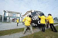 25 MAR 2009, BERLIN/GERMANY:<br /> Greenpeace Aktivisten bringen eine CO2 Bombe vor dem Bundeskanzleramt in Position, vor Beginn der Kabinettsitzung<br /> IMAGE: 20090325-01-009<br /> KEYWORDS: Klima, Klimaschutz, Atrappe, Demonstration, Demo, Protest, Naturschutz, Umweltschutz