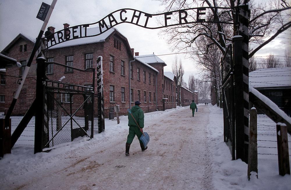 Das Haupttor zum ehemaligen Konzentrationslager Auschwitz (KL Auschwitz 1) am Tag nach den Gedenkfeiern zur 60. Jährigen Befreiung des Konzentrationslagers durch die Rote Armee am 27. Januar 1945. Heutzutage ist auf diesem Gelände das Staatliche Museum Oswiecim mit Belegen für den Holocaust und die Verbrechen der Nazis.