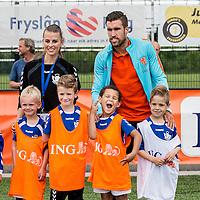 """Nederland,Leeuwarden, 28 mei 2014.<br /> Oranje-fandag georganiseerd door ING bij voetbalvereniging Blauw Wit"""" 34 Leeuwarden.<br /> Op de foto: profvoetballer Kevin Strootman gaat op de foto met jonge voetballertjes.<br /> <br /> Foto: Jean-Pierre Jans"""
