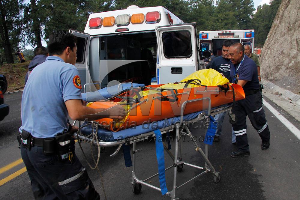"""Zinacantepec, México.- Una pareja que se accidento en la carretera Toluca-Temas fue rescatada por elementos del cuerpo de Bomberos de Zinacantepec y """"Relámpagos"""" del Estado de México, quienes trasladaron a una mujer gravemente herida; el hombre fue trasladado por vía terrestre. Agencia MVT / Crisanta Espinosa"""