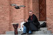 Toruń (województwo kujawsko-pomorskie) 22.07.2016. Rynek Nowomiejski w Toruniu, ksiądz wypoczywający na stopniach ratusza